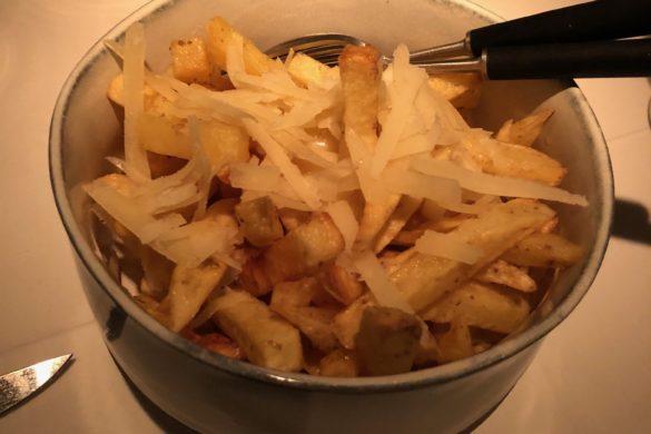 Patatas con Aceite de Trufa y Parmesano Charrúa Madrid
